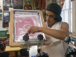 Young student silkscreening t-shirts for Proyecto MercadoFRESCO